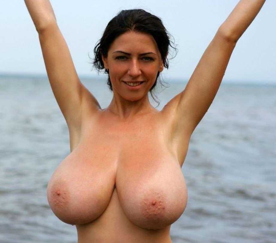 fille brune gros seins nus (14)