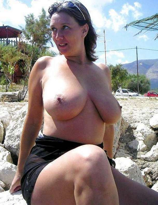 fille brune gros seins nus (19)