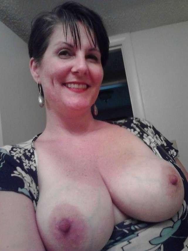 fille brune gros seins nus (4)