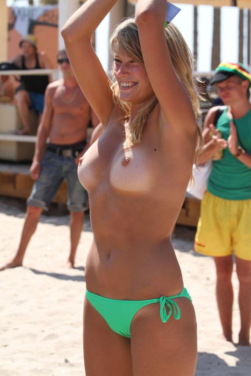 gros seins blonde topless (1)