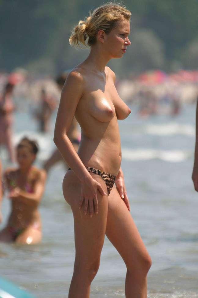 Filles blondes à gros seins nus en vacances - 4plaisir.com