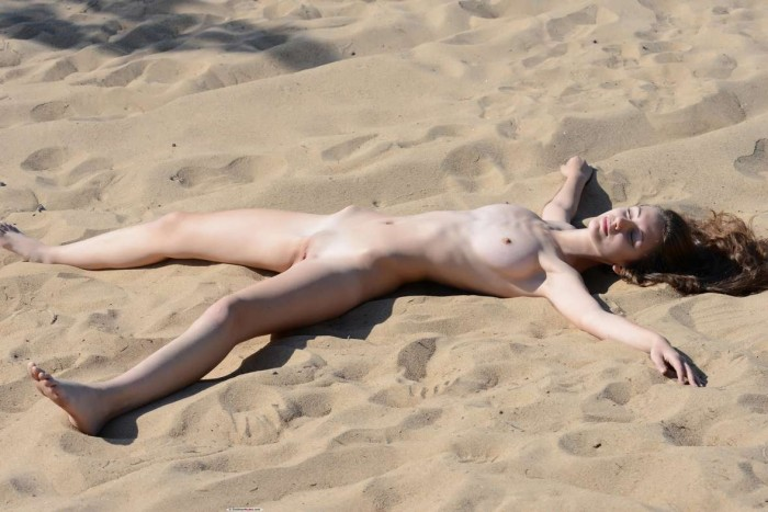 Jeunes femmes au corps de rve nues sur la plage