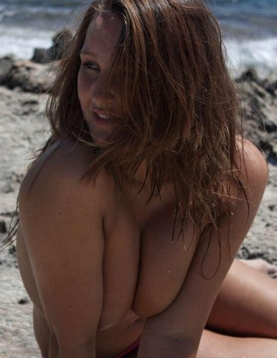 femme ronde gros seins salope nue sur la plage