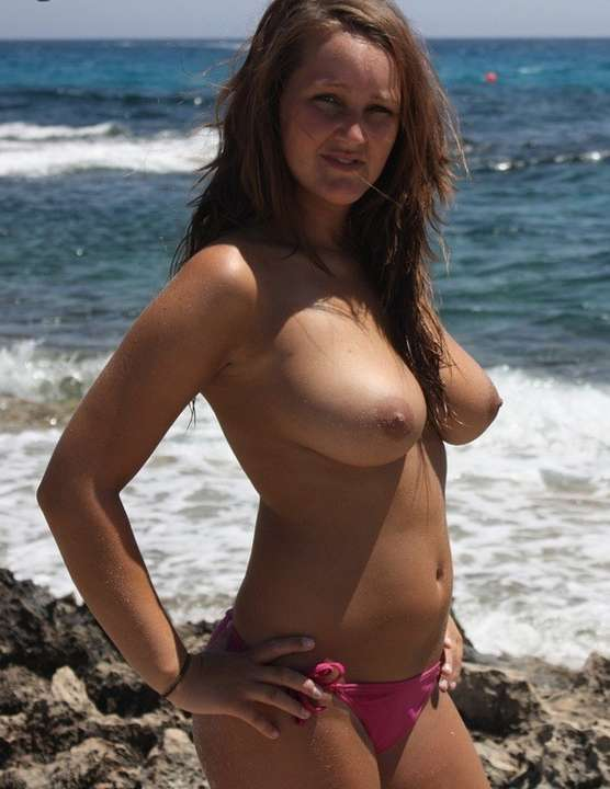 Jolie brune a la piscine - 2 part 6