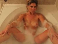 MILF blonde nue dans son bain