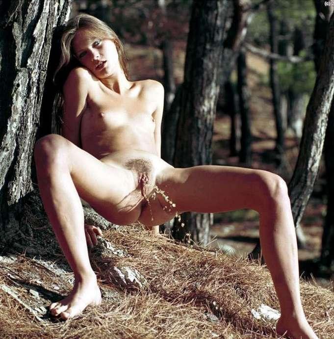 pisseuse blonde nue (10)