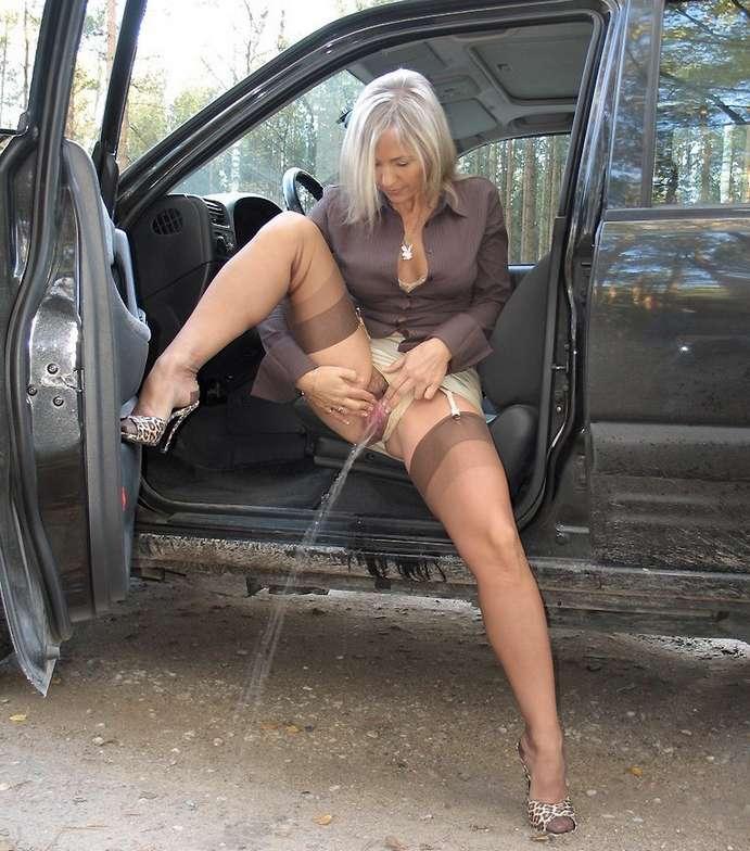 pisseuse blonde nue (2)