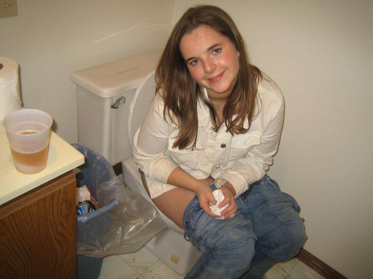 Baiser dans les toilettes du restaurant par le serveur - 1 part 4