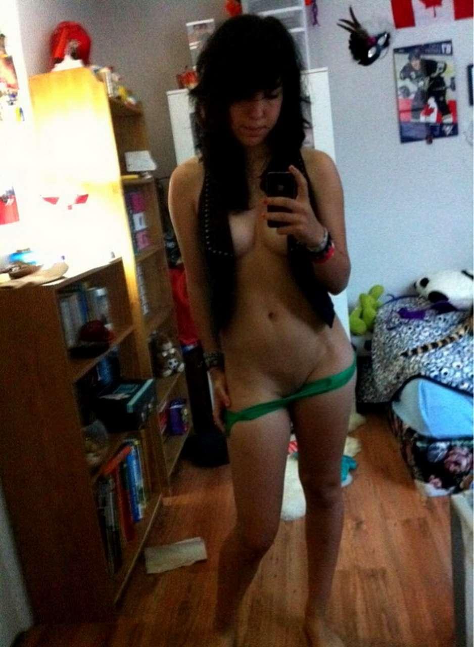 Jeune latine sexy en slfshot devant le miroir