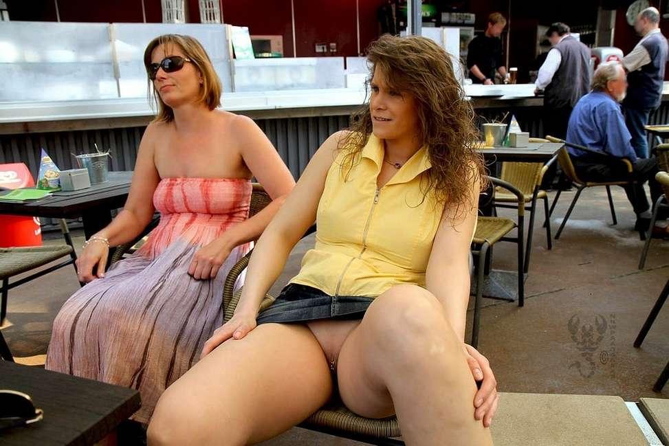 Assises dans un bar ou un restau, elles s'exhibent sans culotte !