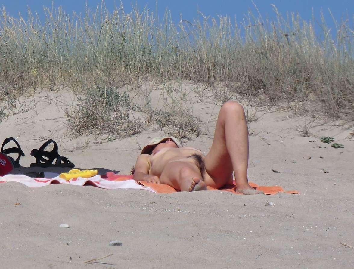 vieille brune poilue photographi e nue la plage par un
