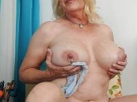 VIeilles blondes nues avec des gros nichons