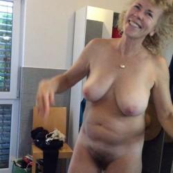Vieille amatrice blonde poilue avec des gros nichons