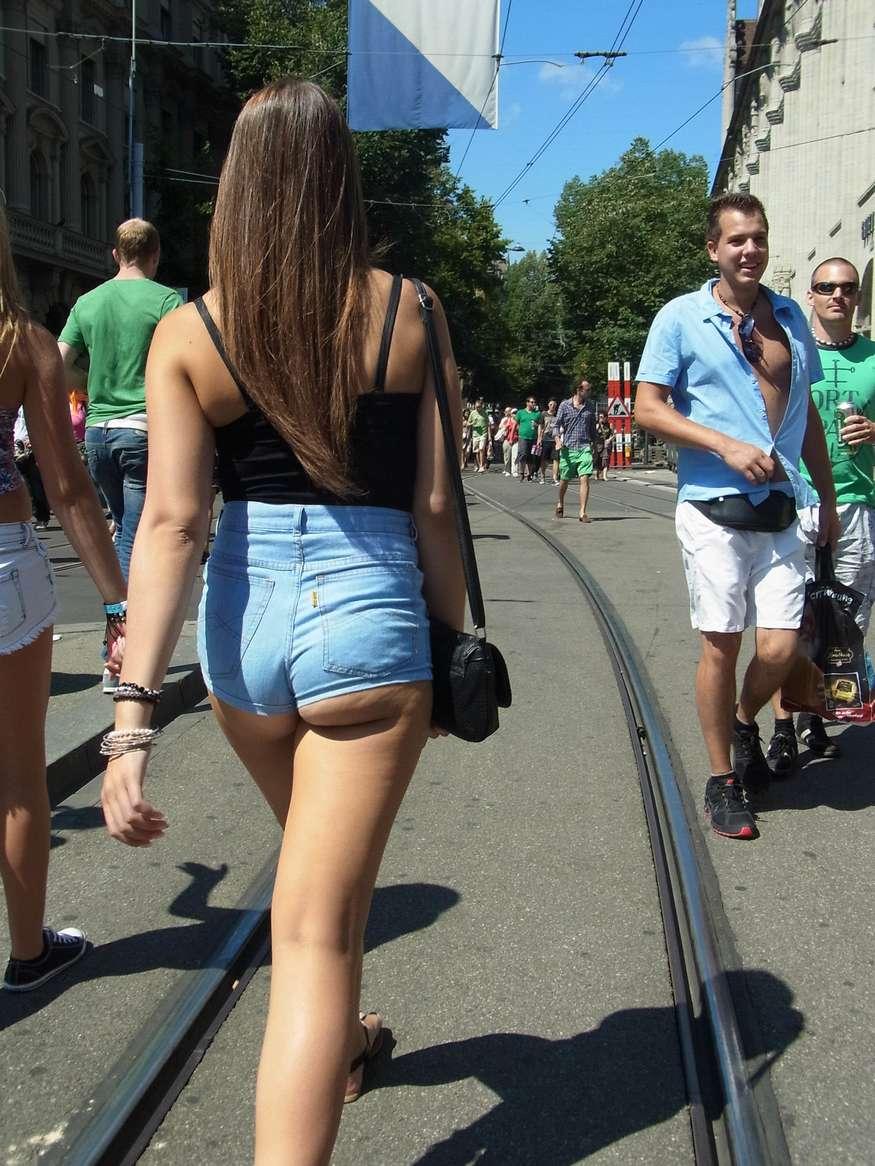 Un joli cul se cache derrière ce petit short en jean's