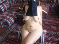 Amatrice musulmane nue avec la burqa