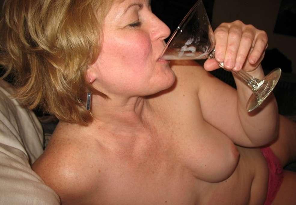 Elle suce dans un coin tranquille - 3 part 6