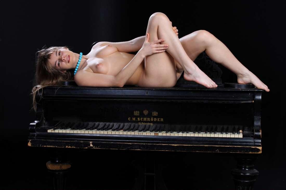 blonde nue poilue bonasse (137)