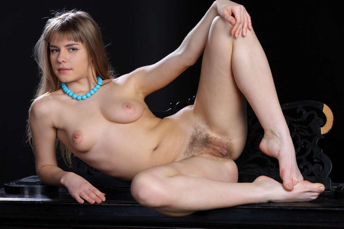 blonde nue poilue bonasse (139)