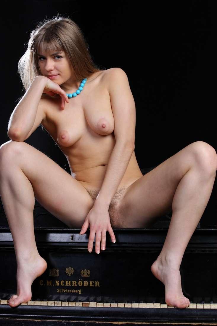 blonde nue poilue bonasse (142)