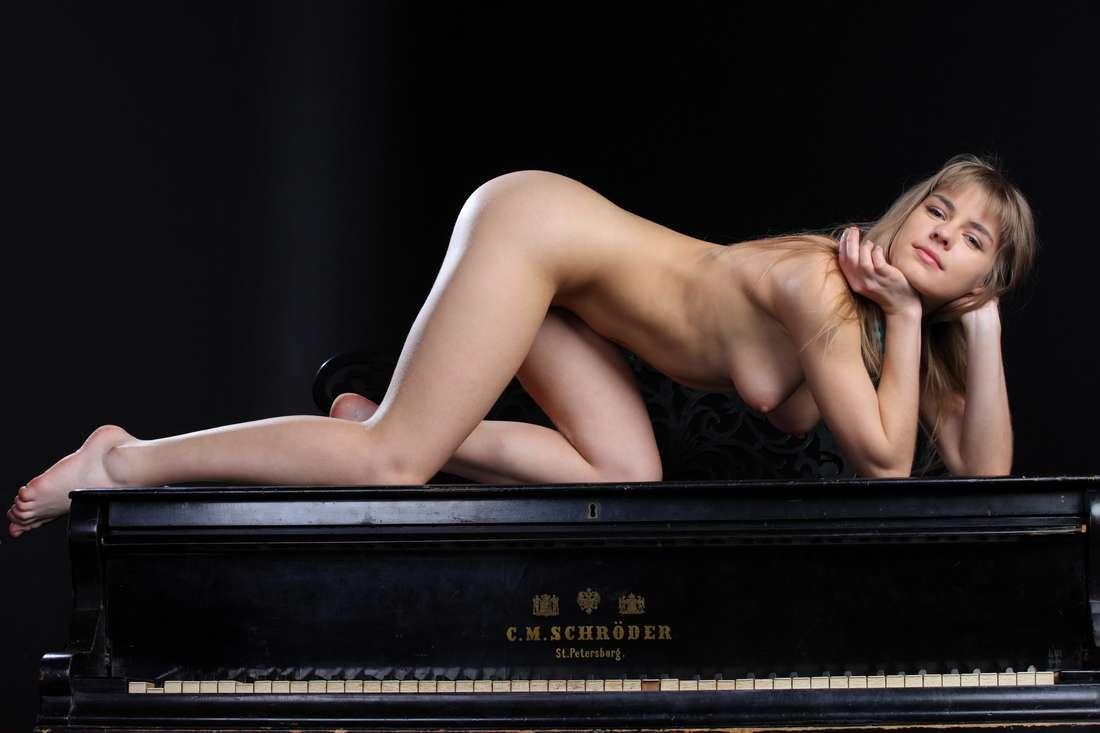 blonde nue poilue bonasse (150)