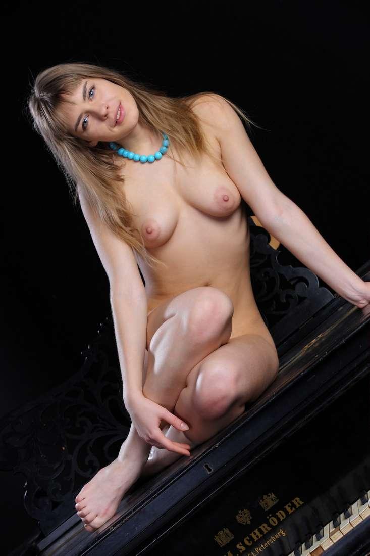 blonde nue poilue bonasse (151)