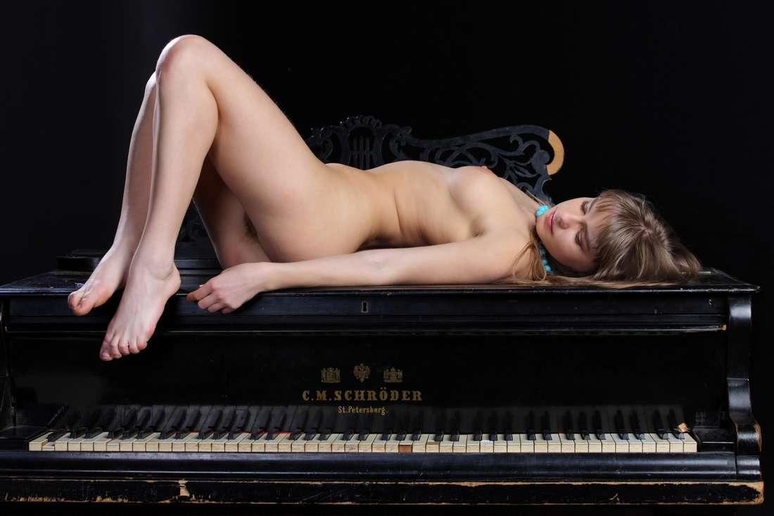 blonde nue poilue bonasse (152)