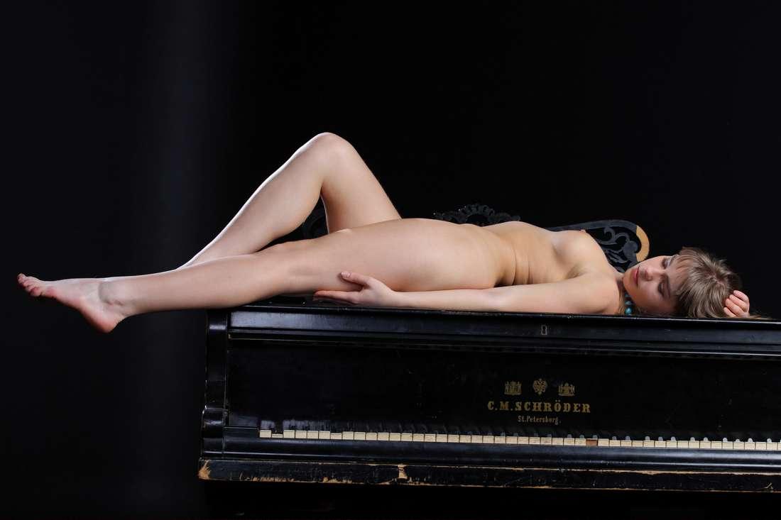 blonde nue poilue bonasse (153)