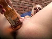 Jeune blonde s'enfile une bouteille de bière dans le vagin