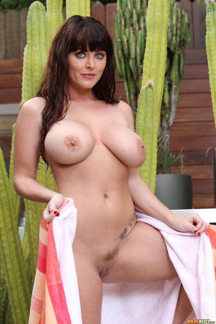 brune gros seins nus naturels (112)