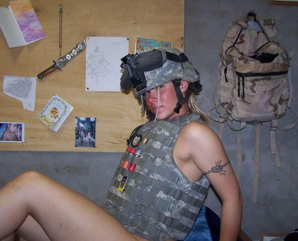 fille blonde militaire nue (12)