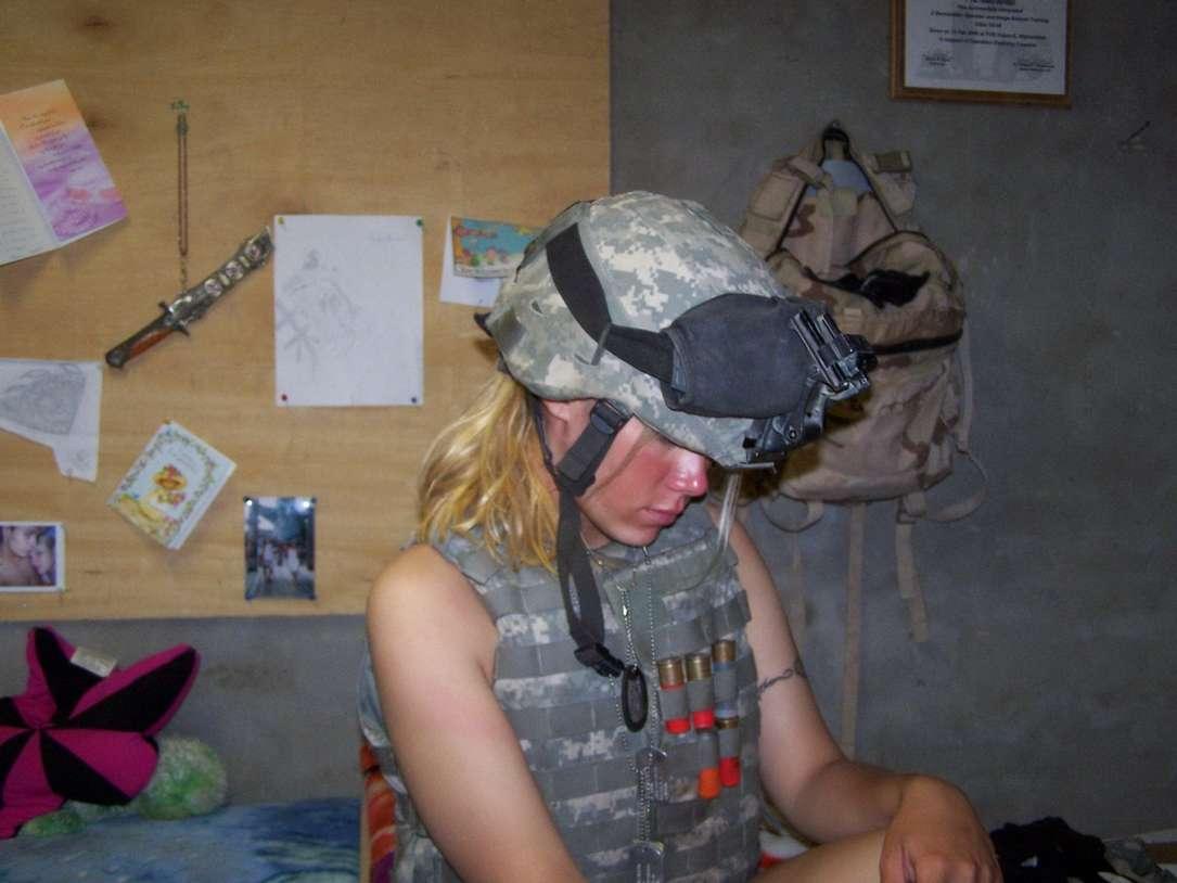 fille blonde militaire nue (18)