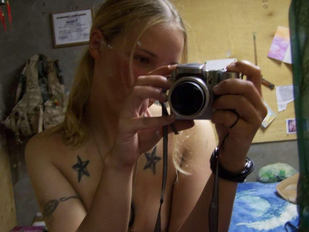 fille blonde militaire nue (22)