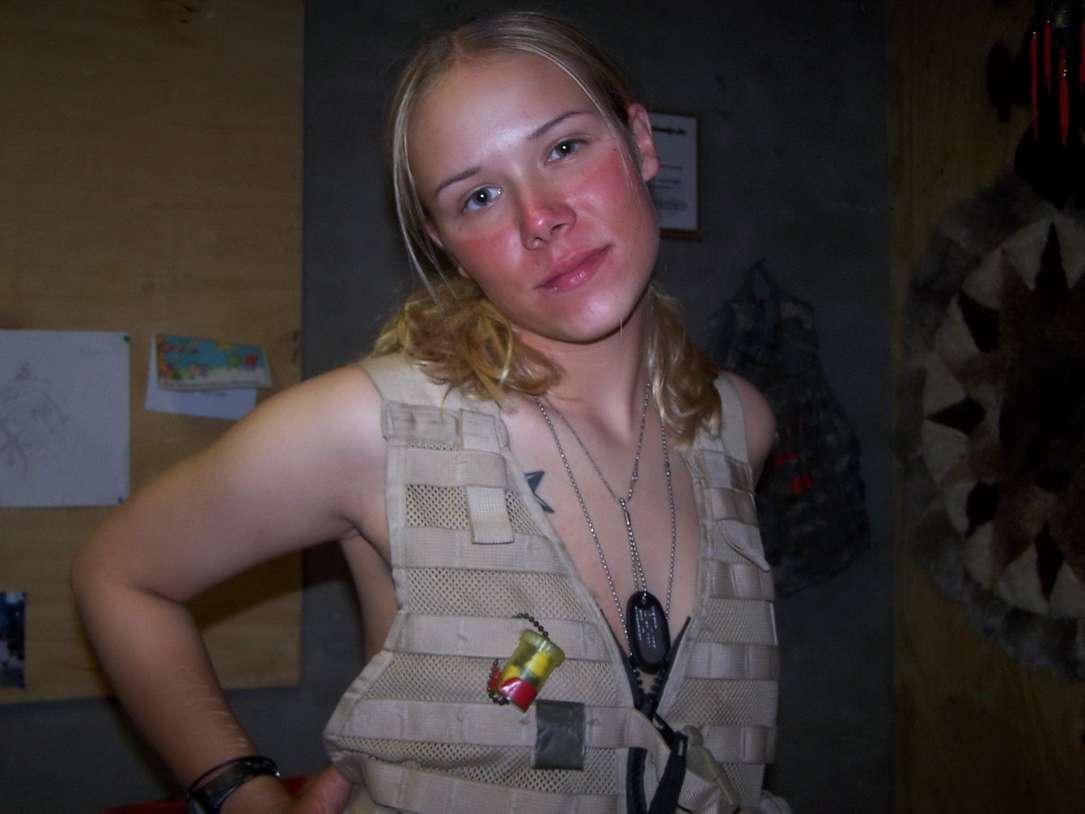 fille blonde militaire nue (25)