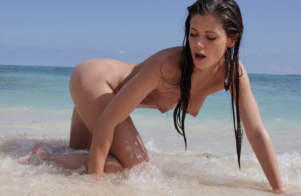 fille bonasse nue mer (1)