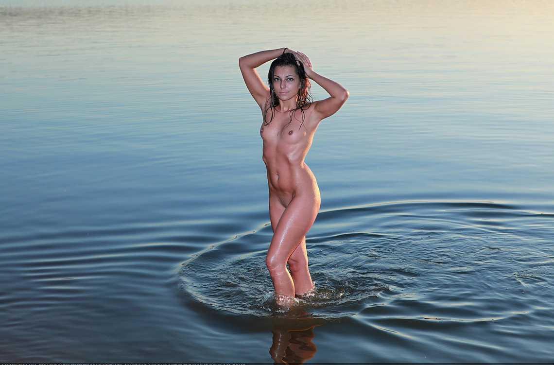 fille bonasse nue mer (15)