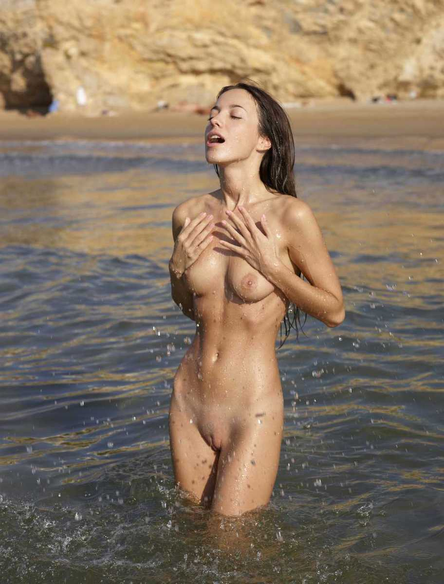 fille bonasse nue mer (16)