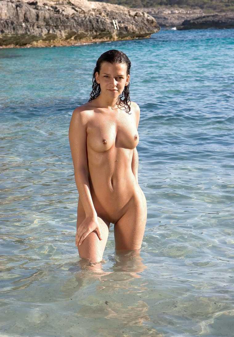 fille bonasse nue mer (20)