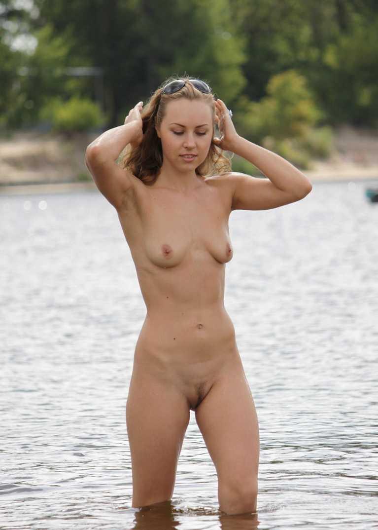 fille bonasse nue mer (22)