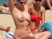 Femmes sexy exhibent leurs gros nibards sur la plage