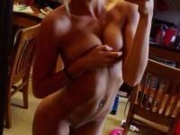 Jeune blonde bonasse joue la coquine chez elle