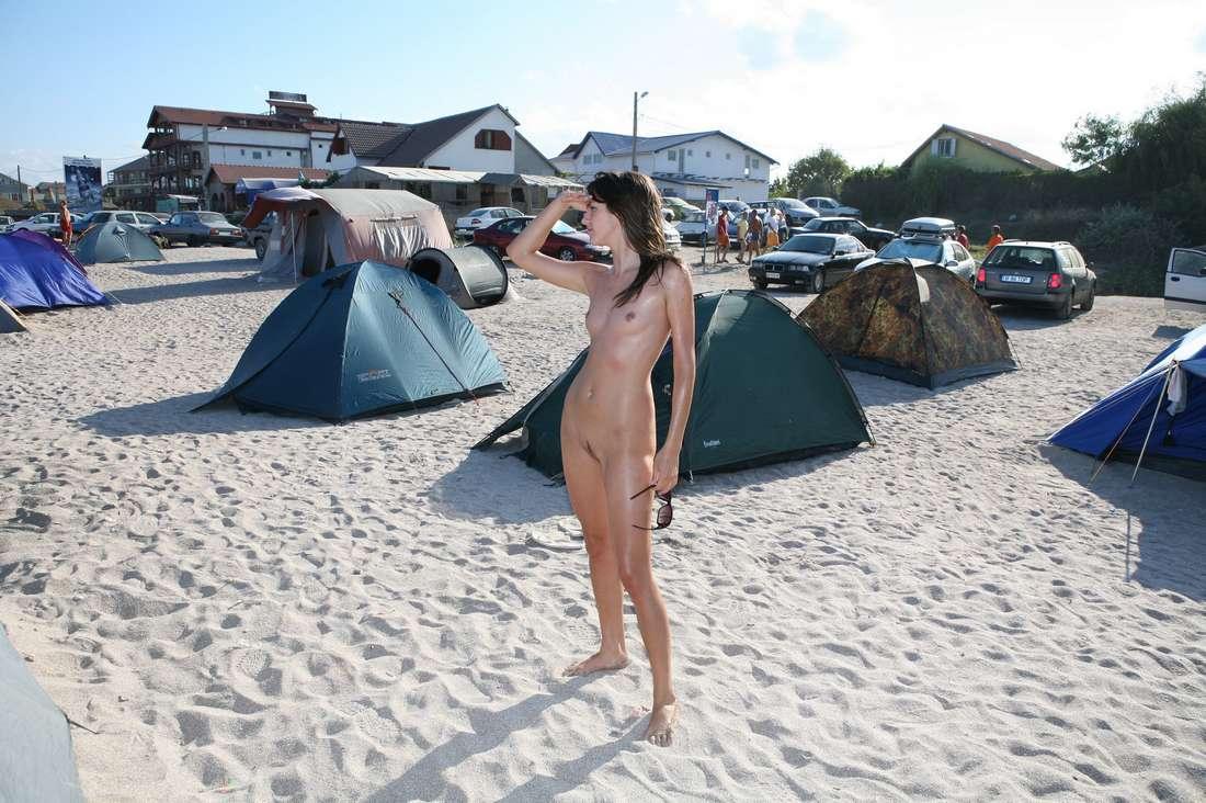 Un homme filme des femmes nues sur une plage nudiste Tukif