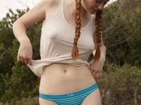 Rousse à gros seins avec les tétons qui pointent sous le t-shirt dehors
