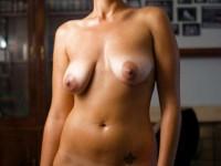 Jolies traces de bronzages sur leurs gros seins nus