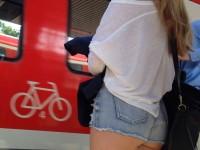 Photos voyeurs d'une fille en mini short sexy dans la rue