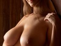 Jeune blonde bonasse avec une énorme paire de seins naturels !