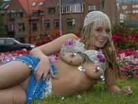 Jolie blonde Danoise s'exhibe à moitié nue dans un parc