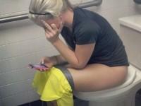 Jeunes femmes prisent en flag en train de pisser aux toilettes