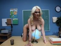 Prof blonde à lunettes munie d'une sacrée paire !