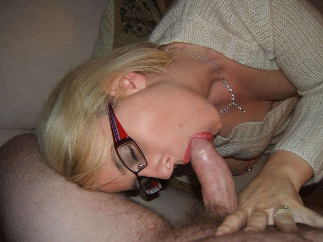 Jolie blonde à lunettes en tenue coquine qui aime ...