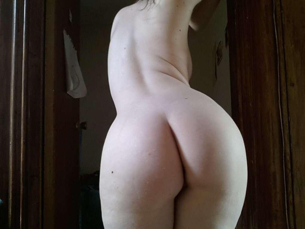 Fille blanche avec de gros culs